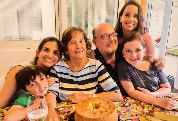 Carlos Ycaza Paulson, junto a su esposa Cecilia Estrada y otros miembros de su familia en una celebración reciente.