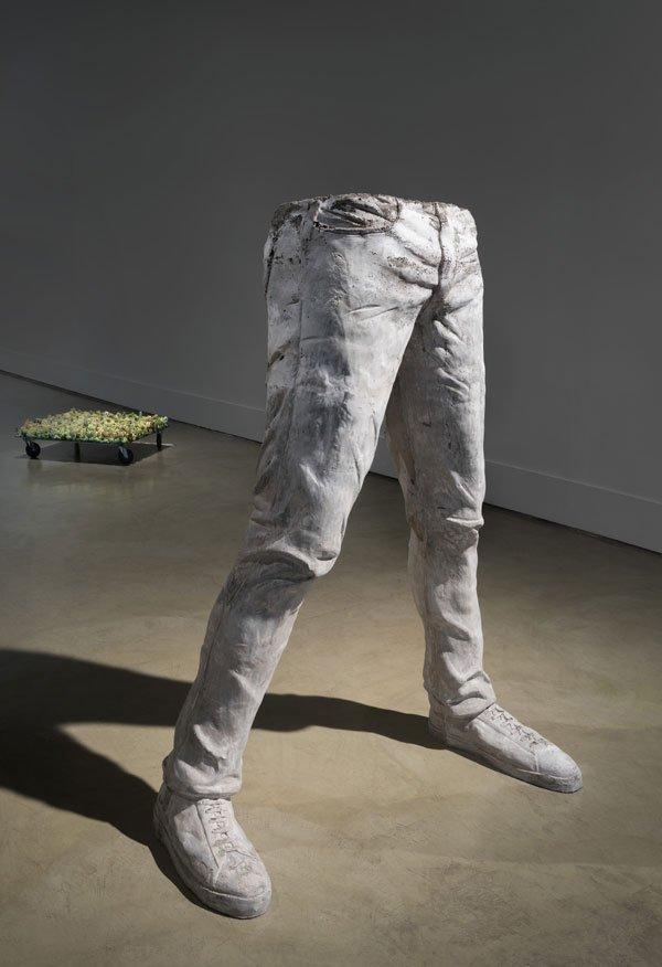 """""""Con un pie en un lado y con un pie en el otro y que cada quien decida qué lados son esos"""", cemento, 2019."""