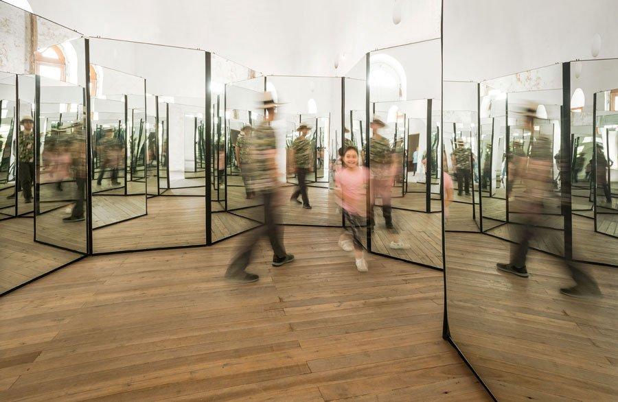 """""""El cambio está a la vuelta de la esquina"""", espejos con estructura de metal, 2019."""